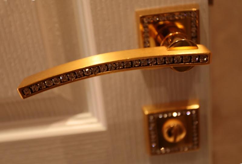 Khóa cửa dát vàng, đính đá quý sang trọng