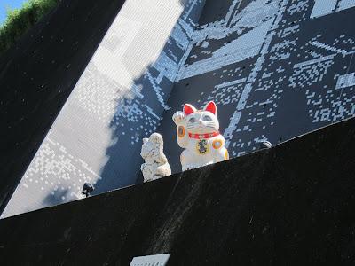 躲在牆上觀看來往行人的貓