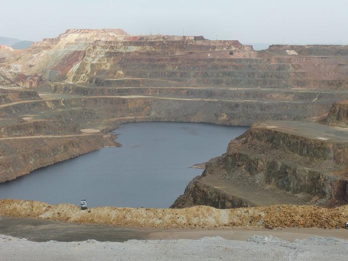 Cerro Colorado es  una de las explotaciones mineras a cielo abierto existentes en Minas de Ríotinto. El cobre ha sido el principal mineral extraído de estas minas, hoy paralizadas pero con proyectos para reactivarse.