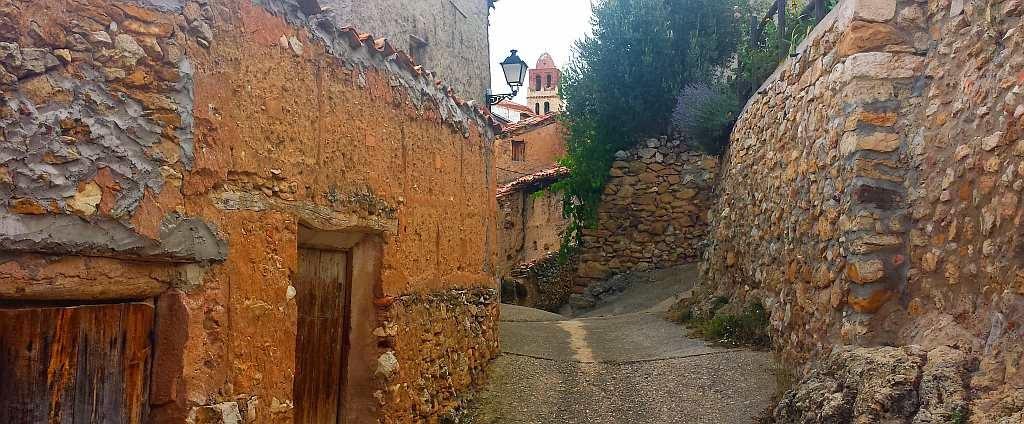 Hay rincones por donde no ha pasado el tiempo. Como en Ejulve (Teruel).