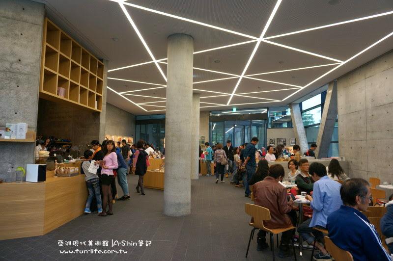 亞洲現代美術館有咖啡館跟商品區耶