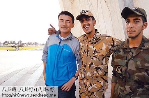 洪永城在黎巴嫩跟當地軍隊影合照,士兵冇揸槍兼態度友善,面對鏡頭的洪永城亦終於笑得出。