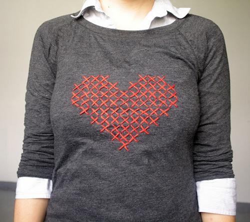 Blusa com coração bordado em ponto cruz
