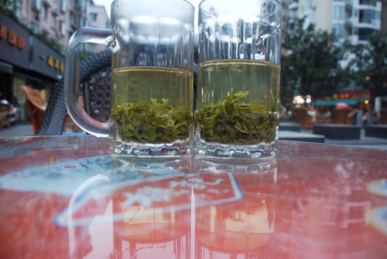Дегустируем сычуаньский зеленый чай в уличном кафе