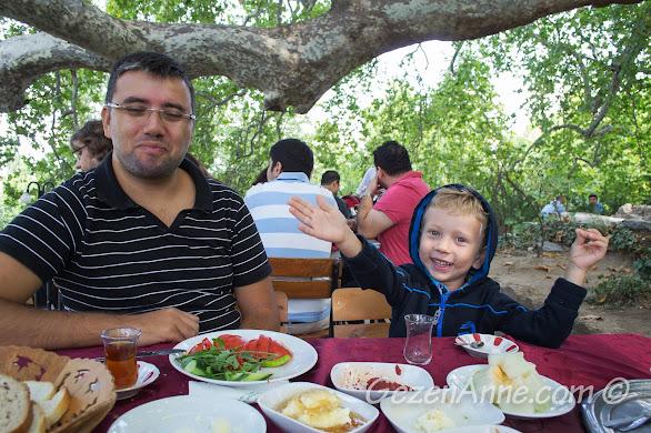 Bursa İnkaya tarihi çınarda kahvaltı ederken