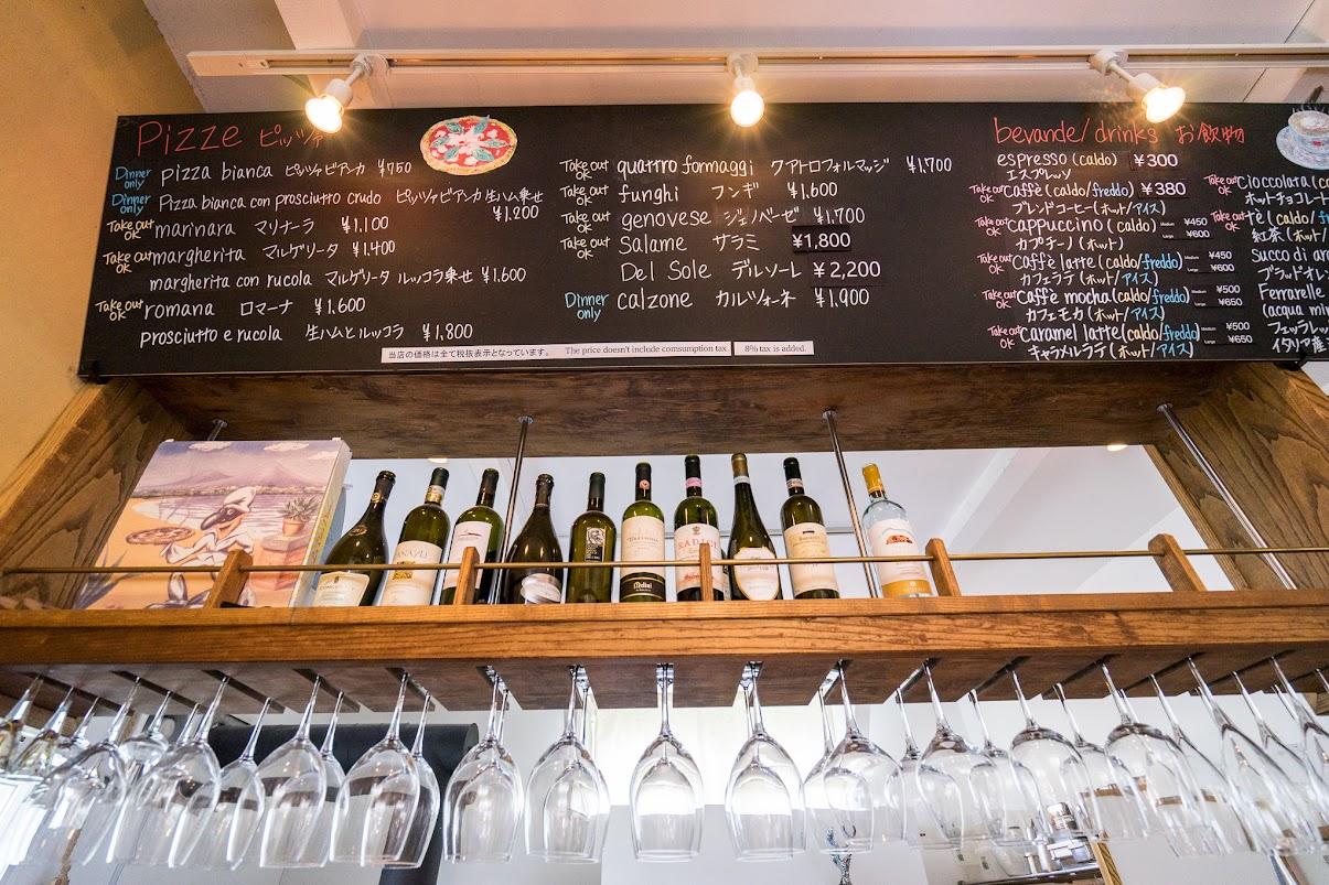 カウンター上のワインとワイングラス