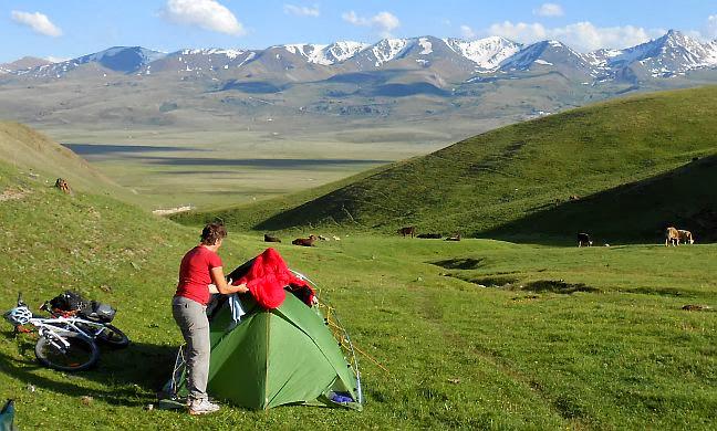 Zeltplatz (Koordinaten: N 41.8414, E 76.22808) auf der Hochebene des Solton-Sary-Tals am Fuße des Chamaldilga-Passes, rechts am Horizont des Grashügels vor dem Kapka-Tash-Grat das nach dem Tal benannte Gold-Bergwerk, Kirgistan