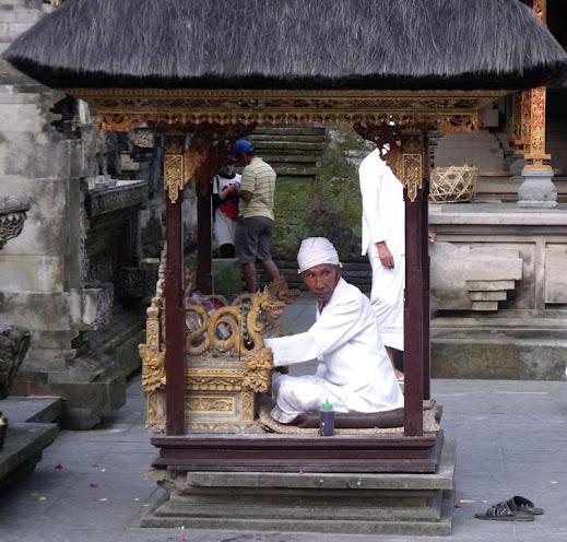 Balinéz pap Tirtha Empul templomában