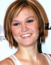 Julia Stiles, rosto redondo, de cabelo curto acima do queixo