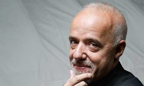 """Paulo Coelho posando"""" width="""