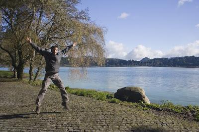Salto en el lago de Furnas