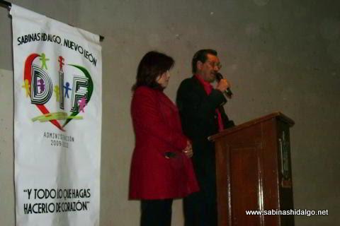 Alcalde dirigiendo un mensaje acompañado por la primera dama