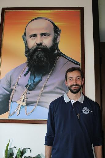 Fr. Paolo Rizzetto davanti al quadro del fondatore Daniele Comboni