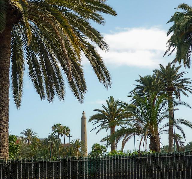 Maspalomas Leuchtturm neben ein paar Palmen