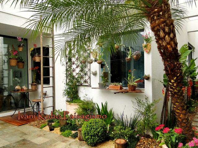 terraco jardim detalhe:Sobre a mesa do pequeno terraço dos fundos, as orquídeas foram