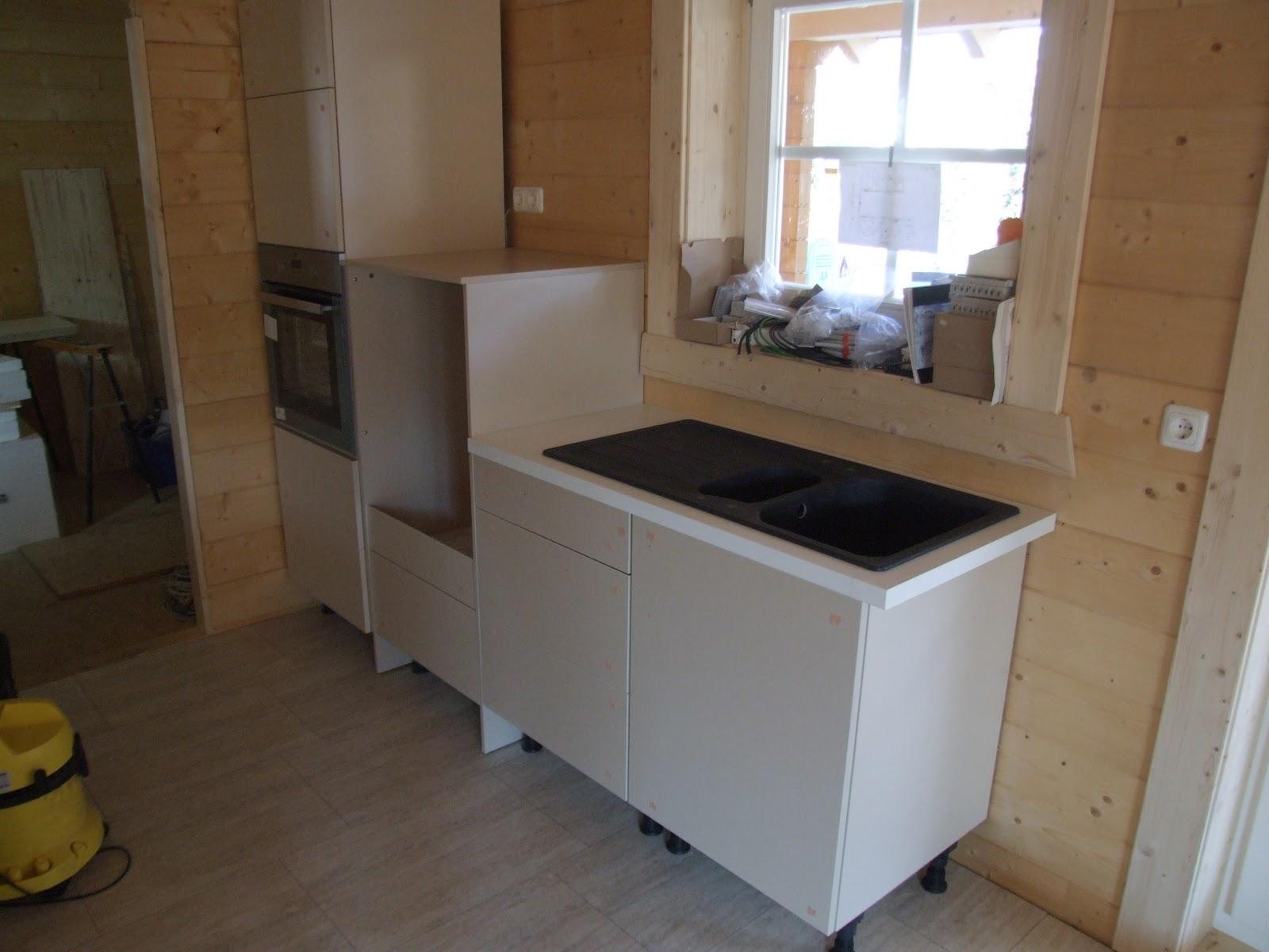 maison en bois leonwood la cuisine pose de l vier de la plaque induction. Black Bedroom Furniture Sets. Home Design Ideas