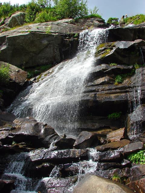 Прутский водопад между турбазой Заросляк и горой Говерла