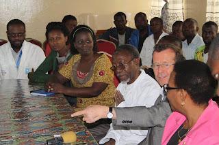 Le patron de la Monusco, Martin Kobler en compagnie de travailleurs de l'Hôpital de Panzi, à Bukavi (Sud-Kivu), le mercredi 26 novembre 2014/Ph. Monusco.