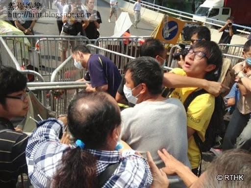 大批反佔中人士遊行到金鐘道 情況混亂