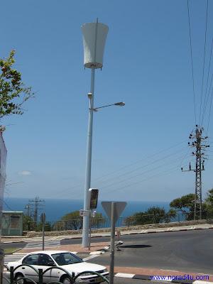 אנטנות סלולריות על תורן בתוך עיר