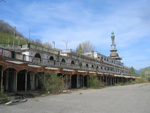 Consonno, il centro commerciale ed il minareto