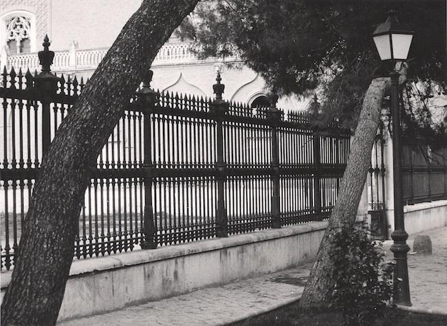 Farol junto a unas rejas del Palacio Arzovispal
