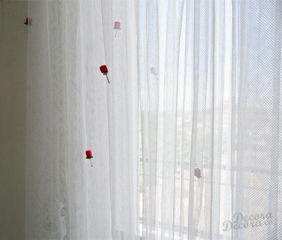 El visillo de IKEA, decorado con rositas DIY.