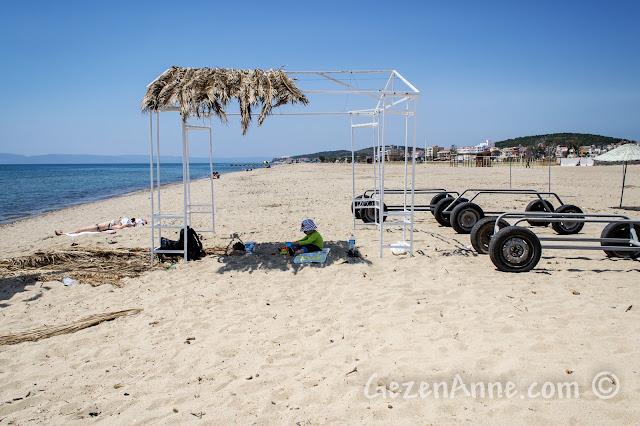 Ayvalık Sarımsaklı plajında kumda oynarken