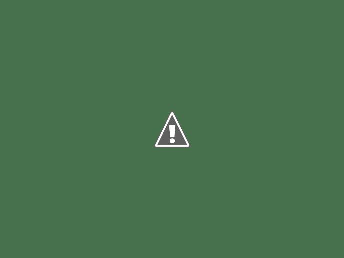 białe chmury na letnim greckim niebie