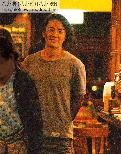 好心情 <br><br>離開餐廳時伊健發現記者在場,但未有影響其靚爆心情,面對鏡頭依然笑笑口。