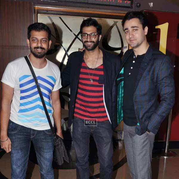 Bejoy Nambiar poses with Akshay Oberoi and Imran Khan during the premiere of Bollywood movie Pizza, held at PVR in Mumbai, on July 17, 2014.(Pic: Viral Bhayani)