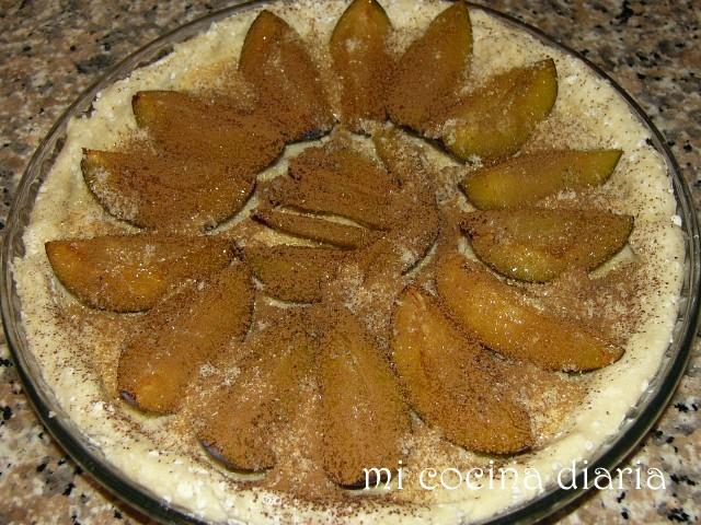 Tarta de queso cottage con ciruelas y almendras (Творожный пирог со сливами и миндалем)