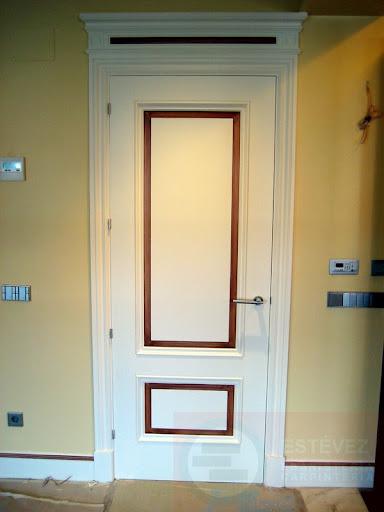 puerta con cabecero y decorada con molduras y jambas exclusivas