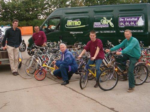 Groep Intro haalt de fietsen op in het containerpark.