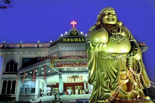 Maha Vihara Maitreya yang terletak Sungai Raya adalah Vihara terbesar & termegah yang ada di Kalimantan Barat