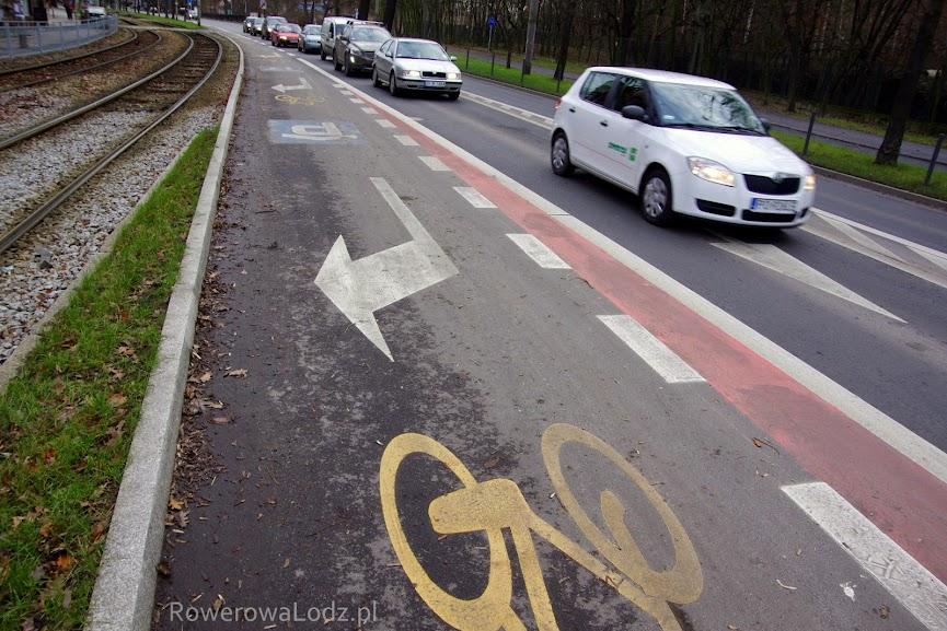 Wspólny pas do skrętu w prawo (dla aut) i do jazdy prosto lub skrętu w prawo (dla rowerów)