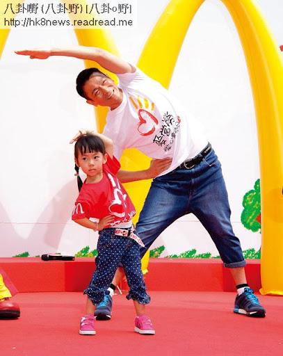 同小朋友一齊彎腰做熱身, 51歲劉華寶刀未老。