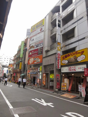 三浦のハンバーグの入るビルの前の通り