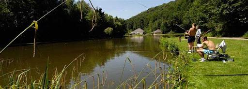 Bruselas Valonia: paisaje campestre - grupo de jóvenes pescando con caña en un río