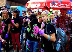 Jugendliche Demonstranten vor DKP-Schirm.