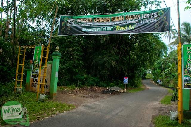 gapura Dusun Beteng lokasi air terjun Grojogan Sewu, Kulon Progo, Yogyakarta