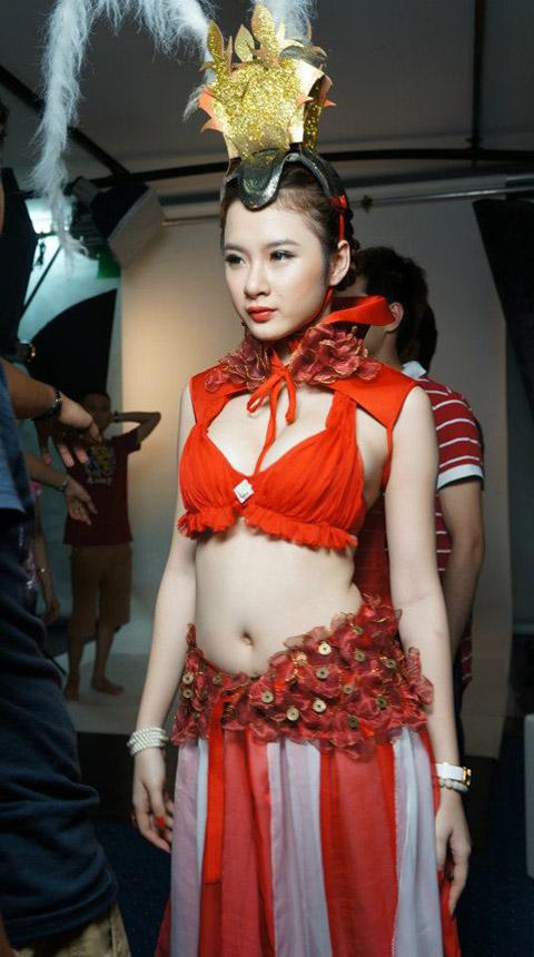 Chiến Ca lộ diện ảnh hậu trường của người mẫu đại diện 10