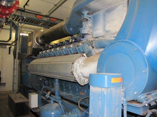 Het gas wordt gebruikt om deze grote gasmotor te doen draaien. De motor drijft een generator aan die elektriciteit produceert en deze in het distributienet stuurt.