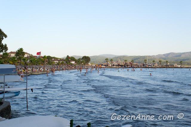çok yavaş derinleşen, sığ Akyaka denizi ve plajı