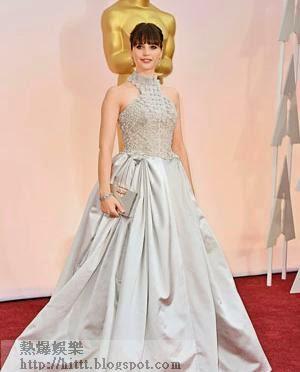 憑《霍金:愛的方程式》而廣為人知的女星Felicity Jones穿上Alexander McQueen入膊傘裙,上有白色珠飾增添貴氣,並梳齊蔭以青春氣息做平衡!(美聯社圖片)