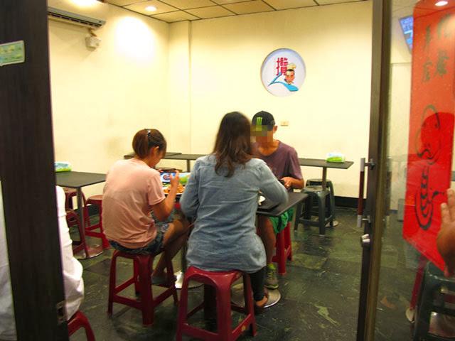 店裡除了桌椅就沒有擺設了~-攬人小館台中蛋包飯
