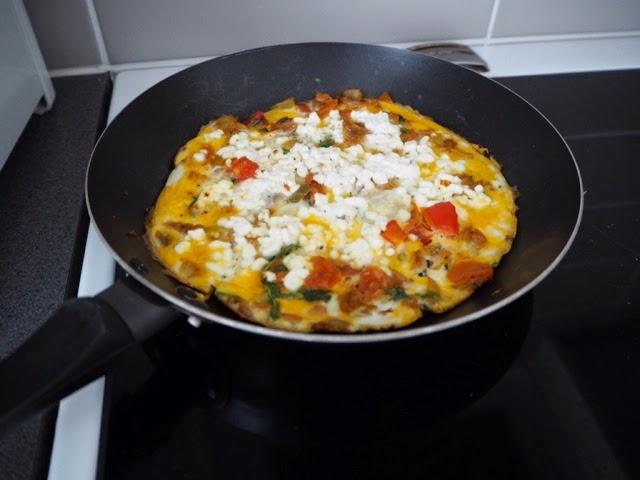 kananmuna, eggs, egg, tuna, tonnikala, sipuli, paprika, rucola, tomaatti, omeletti, omelette, raejuusto, cottage cheese,
