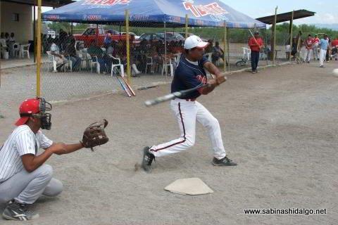 Juan Alanís bateando por Diablos en el softbol del Club Sertoma