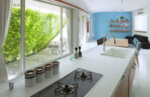 Thiết bị bếp và chậu rửa phòng bếp hiện đại với tông màu đen trắng là chủ đạo