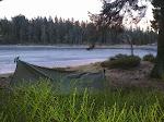 ... die Sturmwarnung traf zu, ich hörte nachts am anderen Ufer Bäume umknicken, das Tarp entsprechend flatterig.